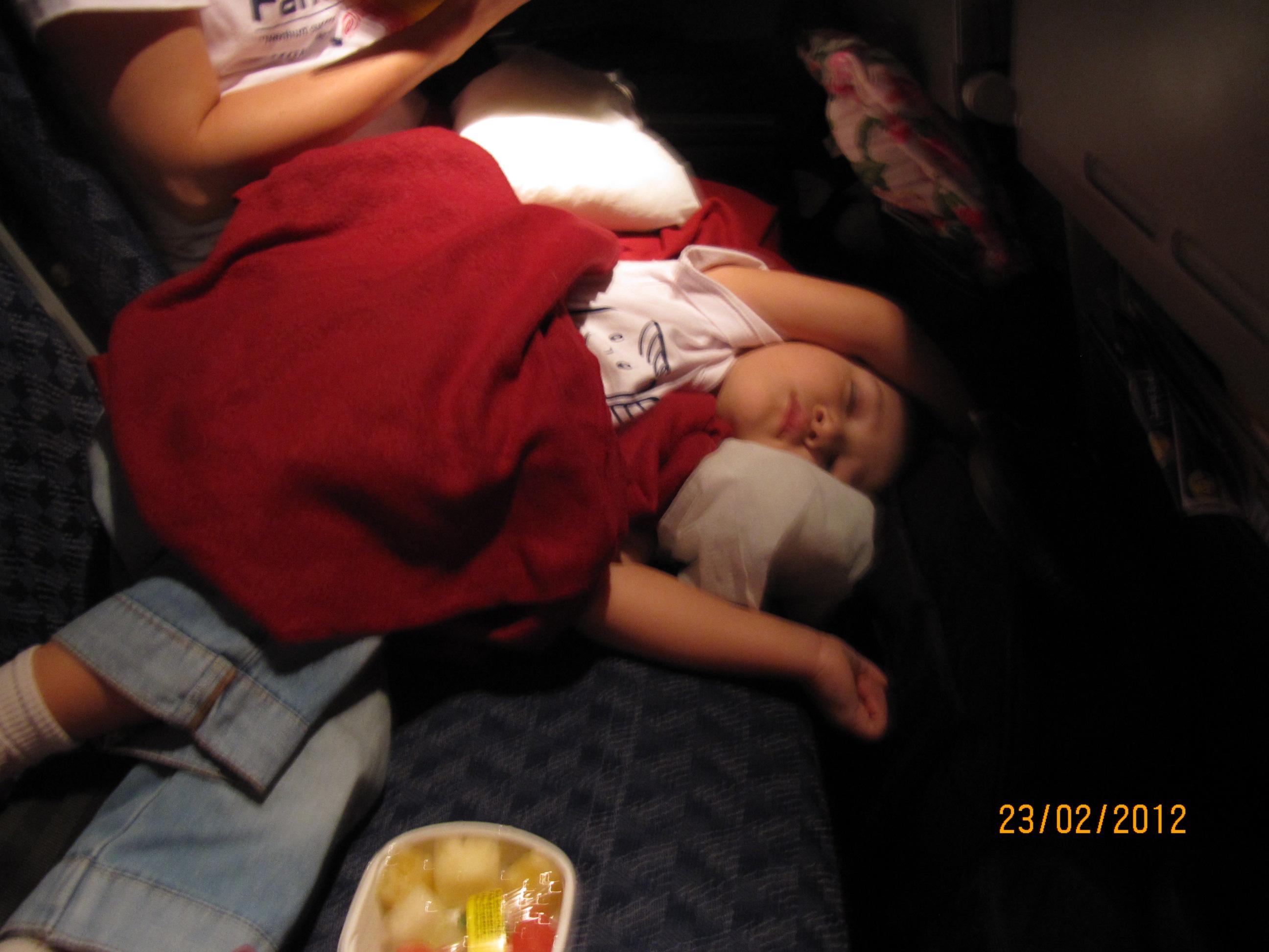 Letícia dormindo no voo de ida