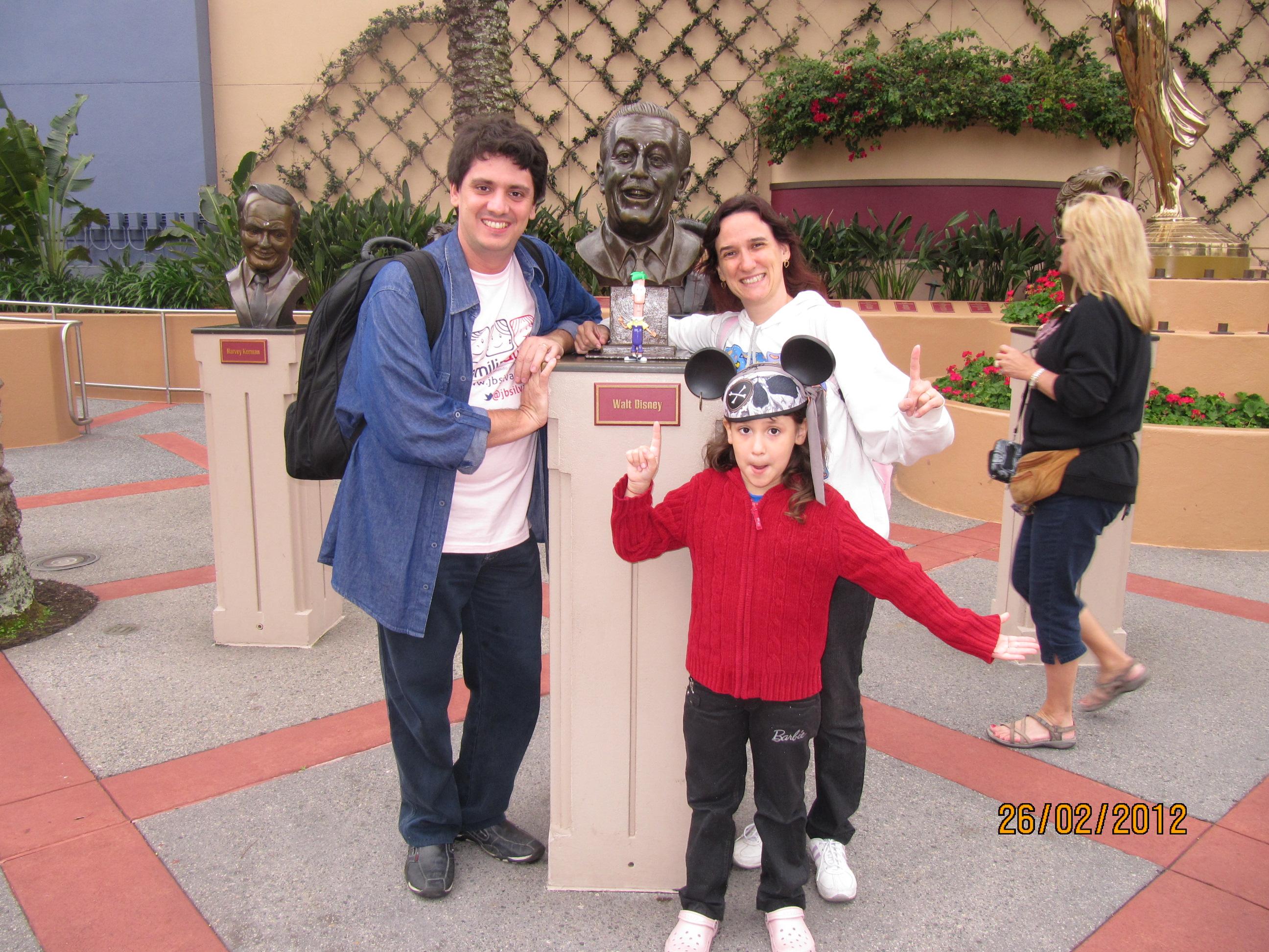 Fazendo graça com a estátua do Walt Disney