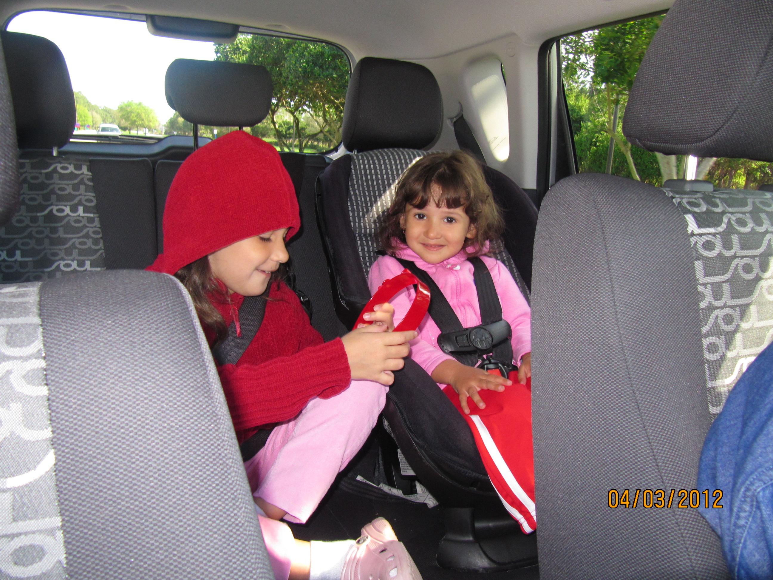 Um das raros momentos de paz e amizade no carro