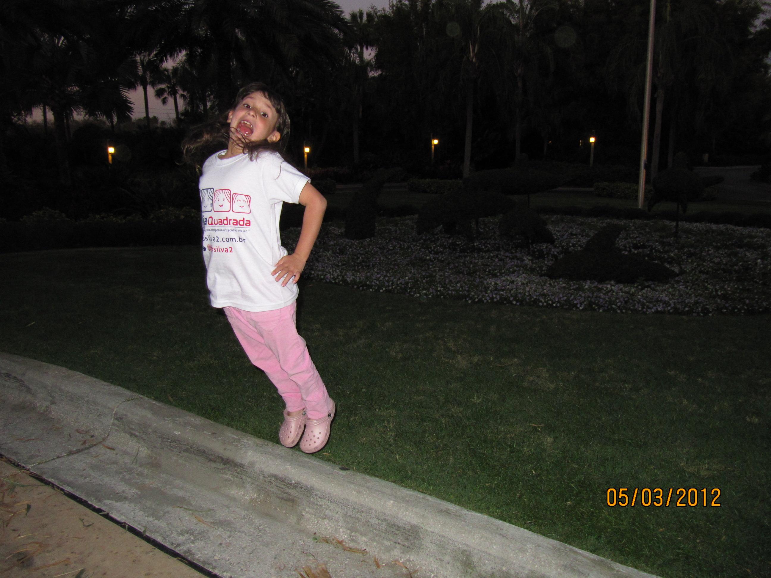 Amanda saltando como uma golfinha
