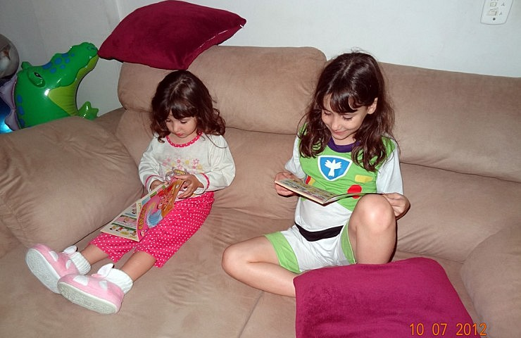 Amanda e Letícia lendo revistinhas da Turma da Mônica