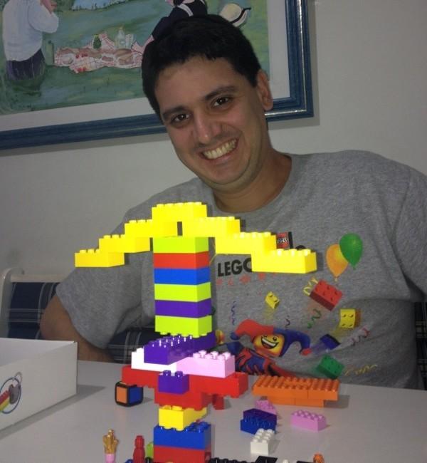 Marcelo e sua torre do LEGO Champion