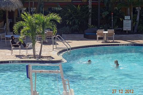 Crianças tomando banho de piscina no frio
