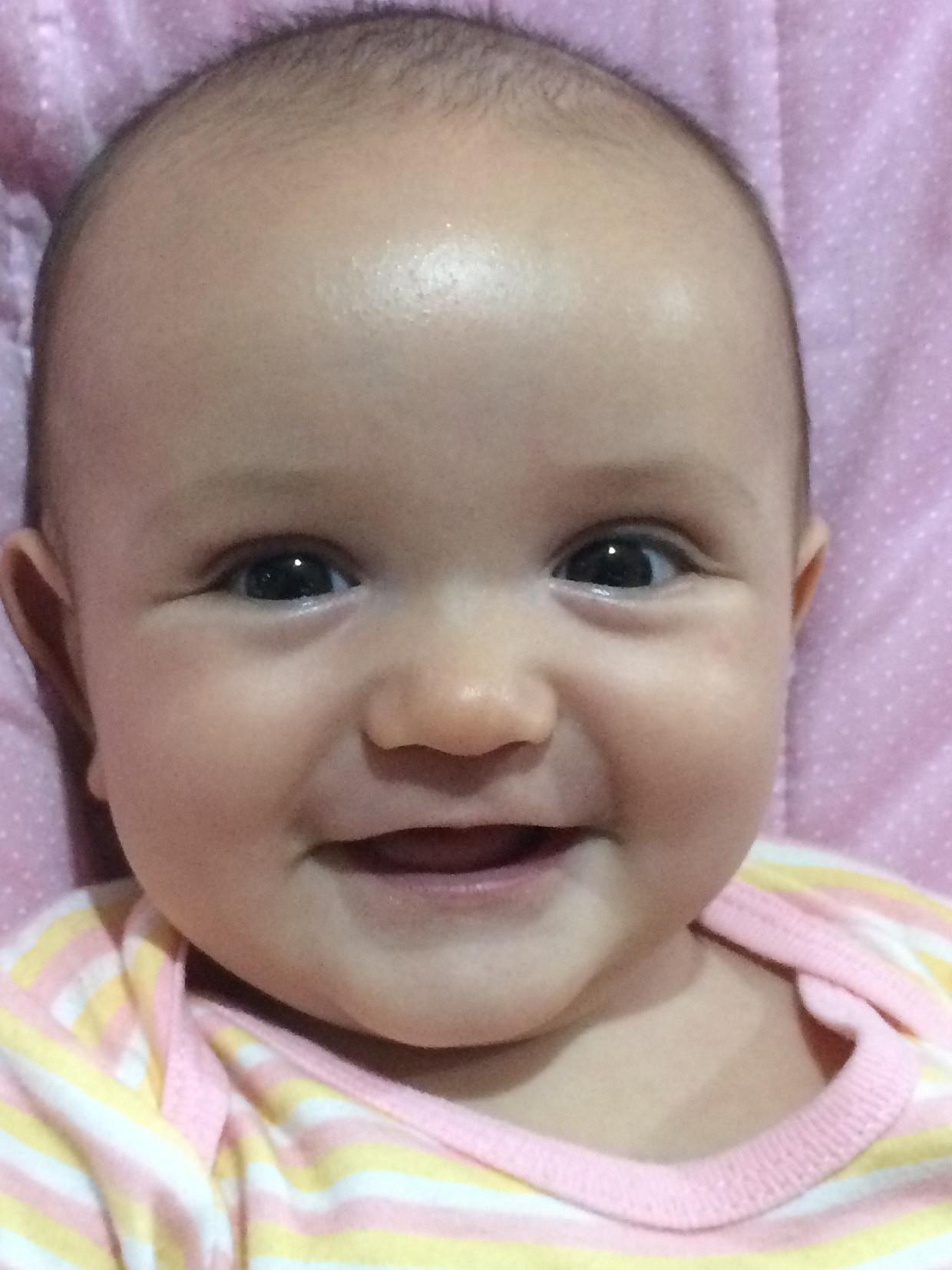 Priscila sorrindo
