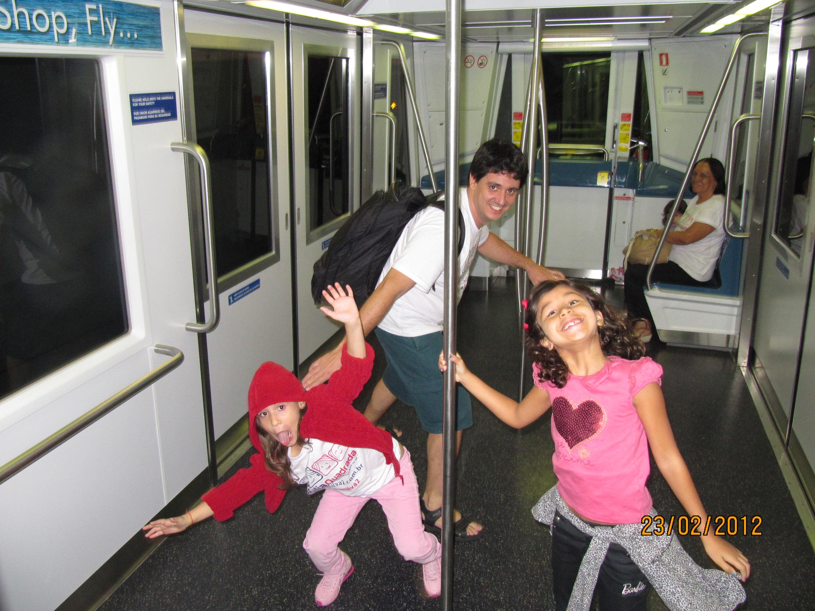 Surfando no trem do aeroporto de Miami