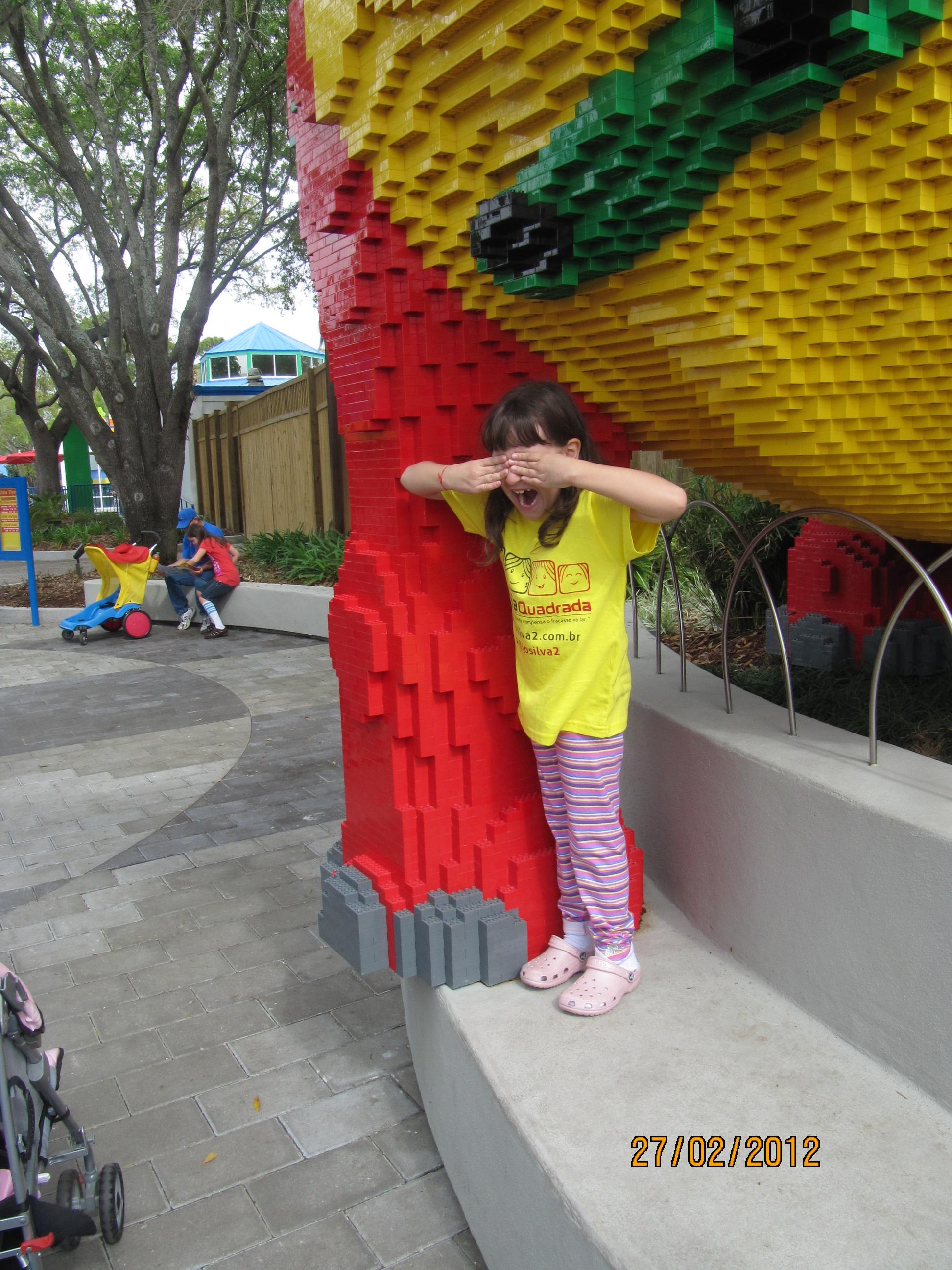 Fechando os olhos para pegada do dinossauro