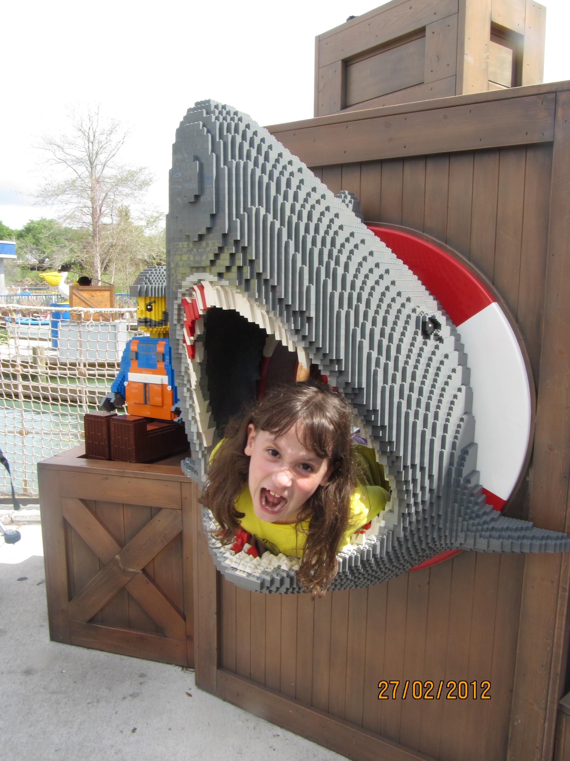 Olha o que tem na boca do tubarão!