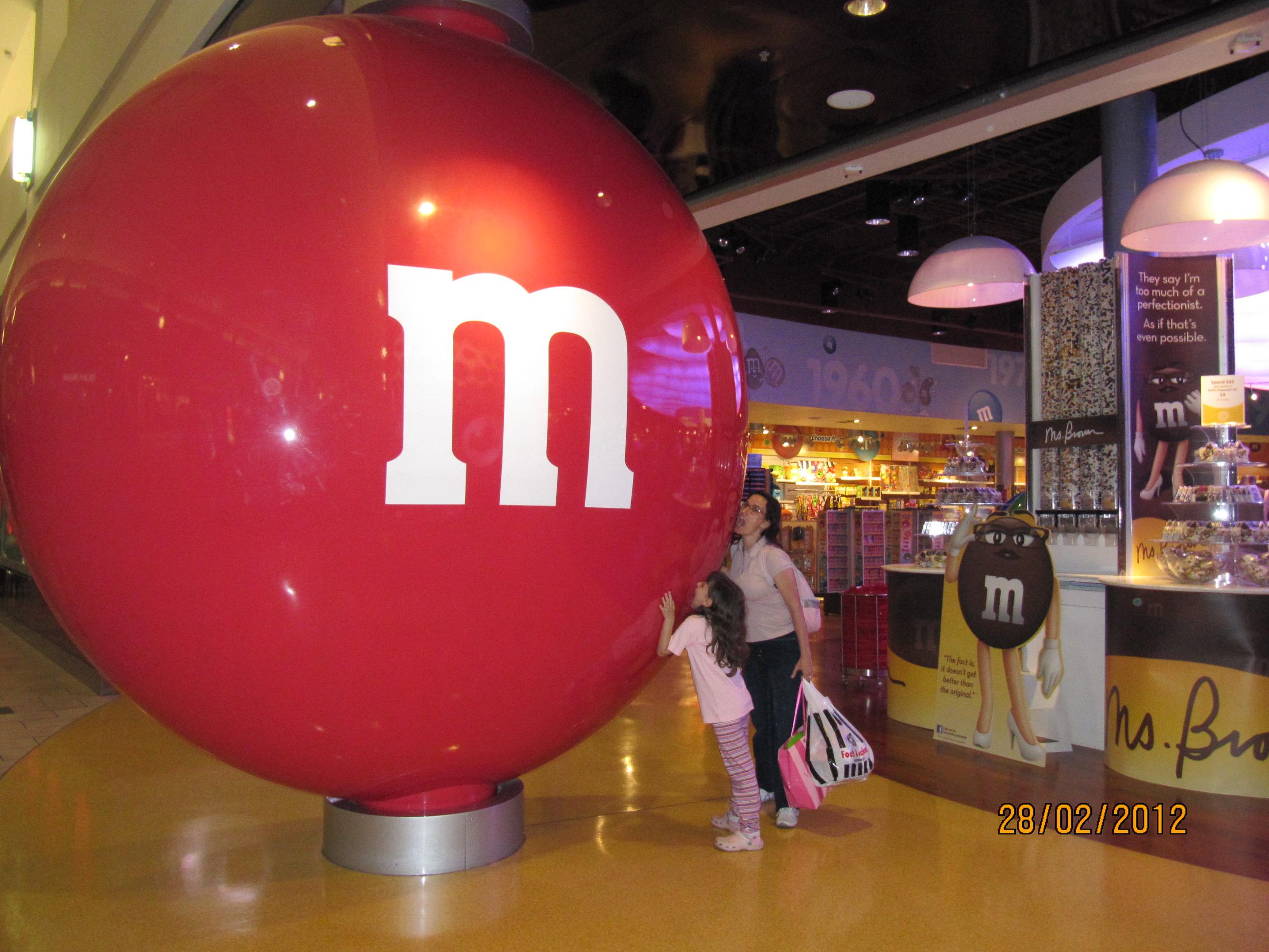 Comendo o maior MM do mundo!