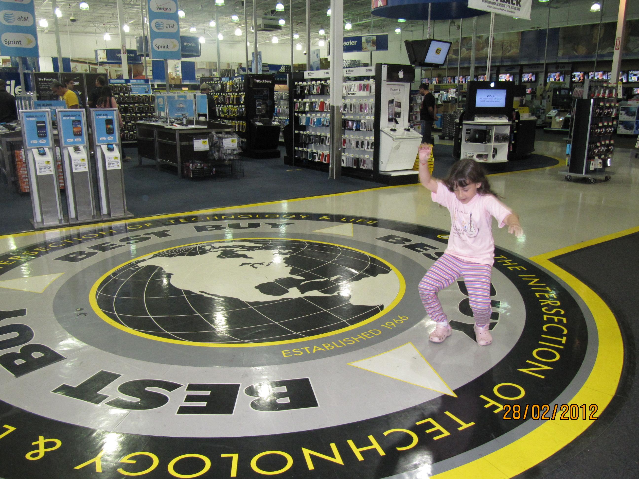 Dançando na entrada da Best Buy
