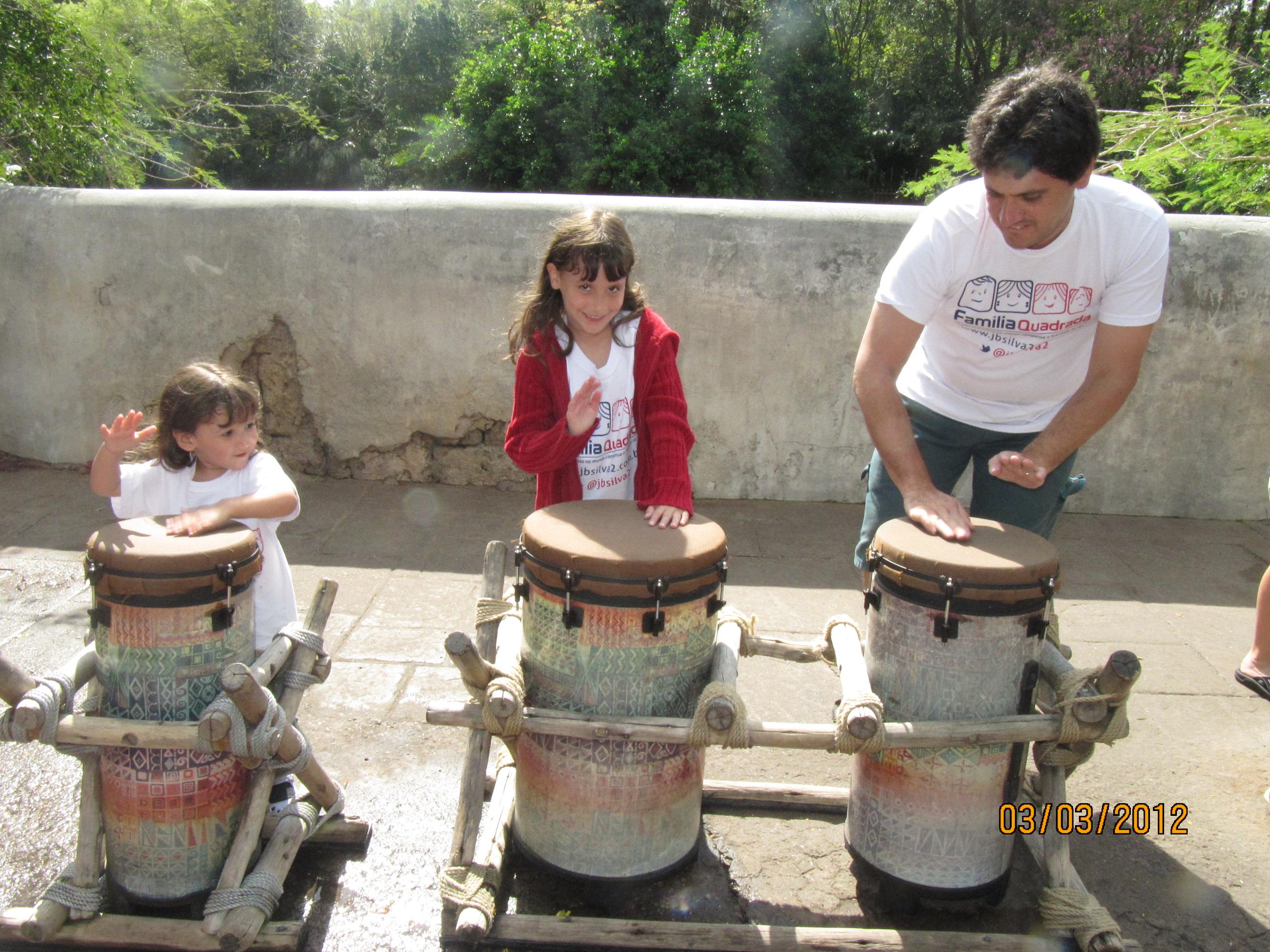 Tocando tambor com o papai e a irmã