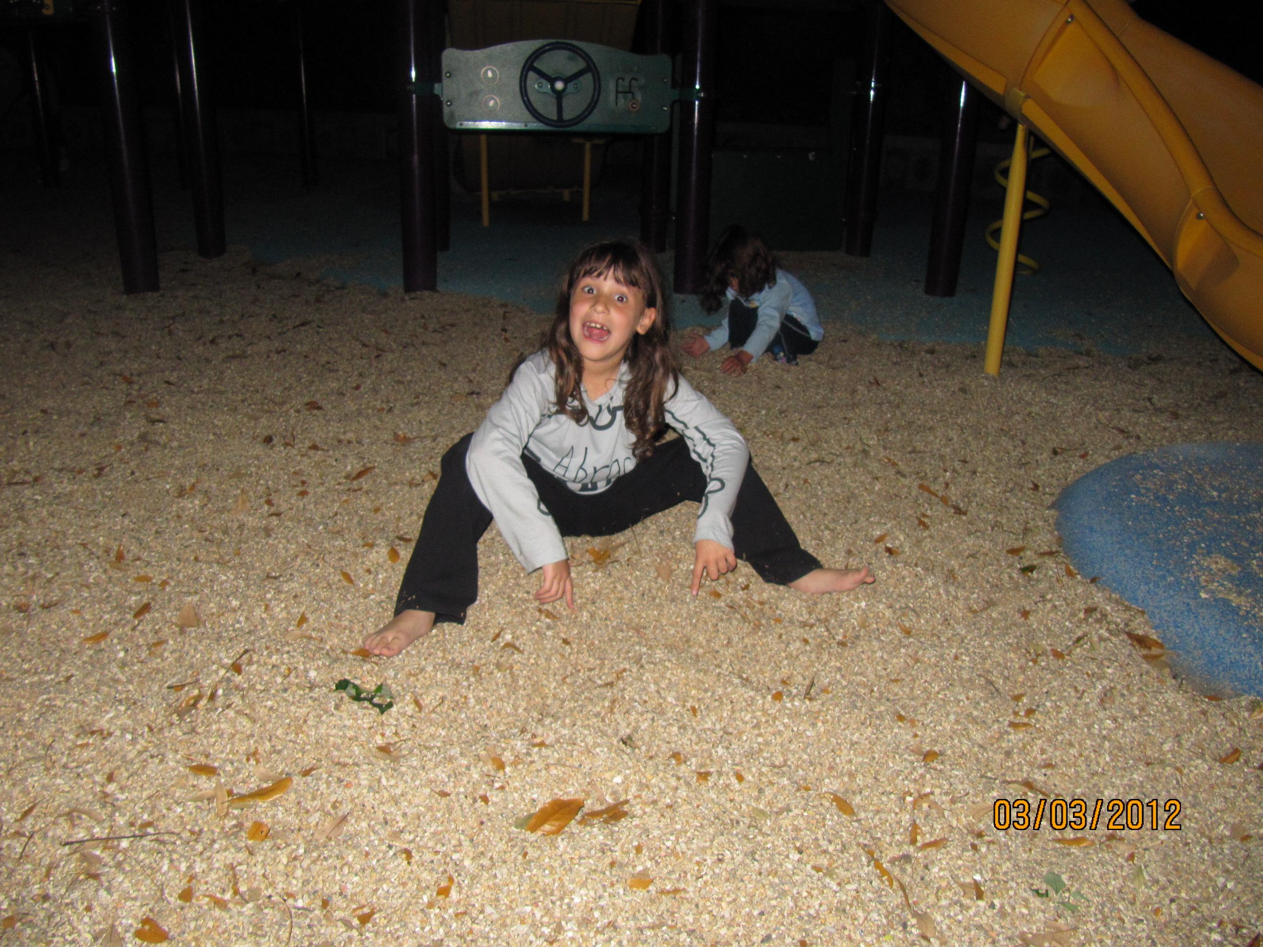 Brincando com areia no parquinho do hotel