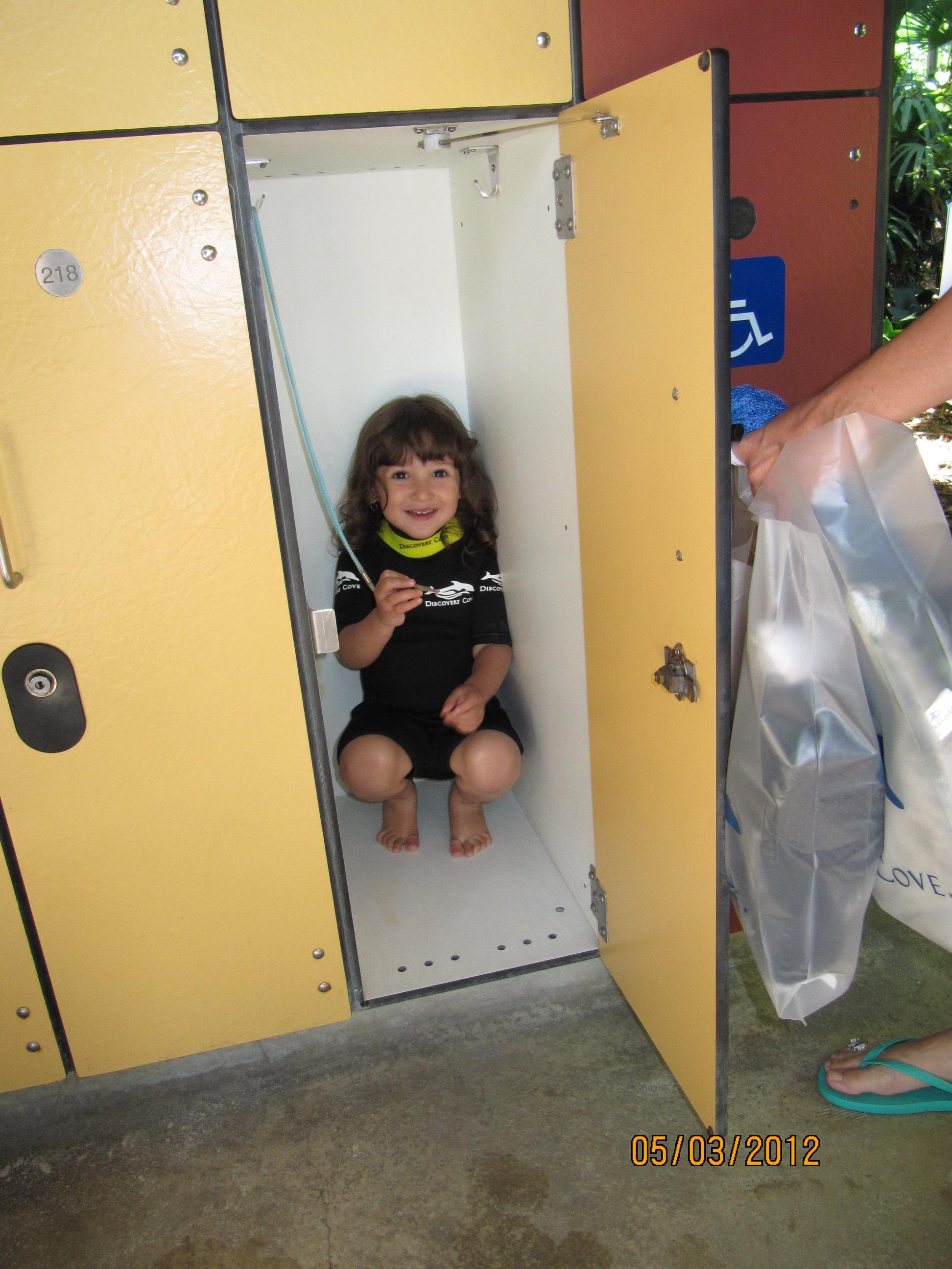 Letícia escondida no armário