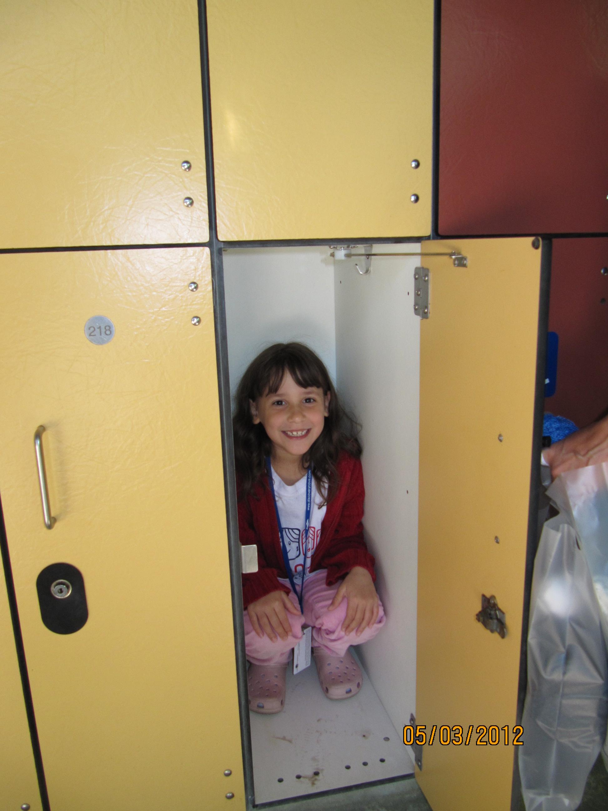 Amanda escondida no armário