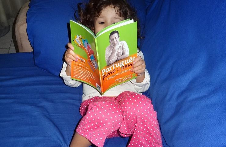 Letícia estudando português, com 3 anos