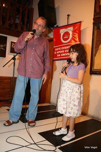 Vovô Zé contando história com Amanda