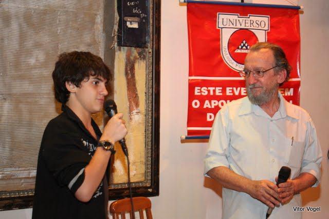 Vovô Zé contando história com Pedro