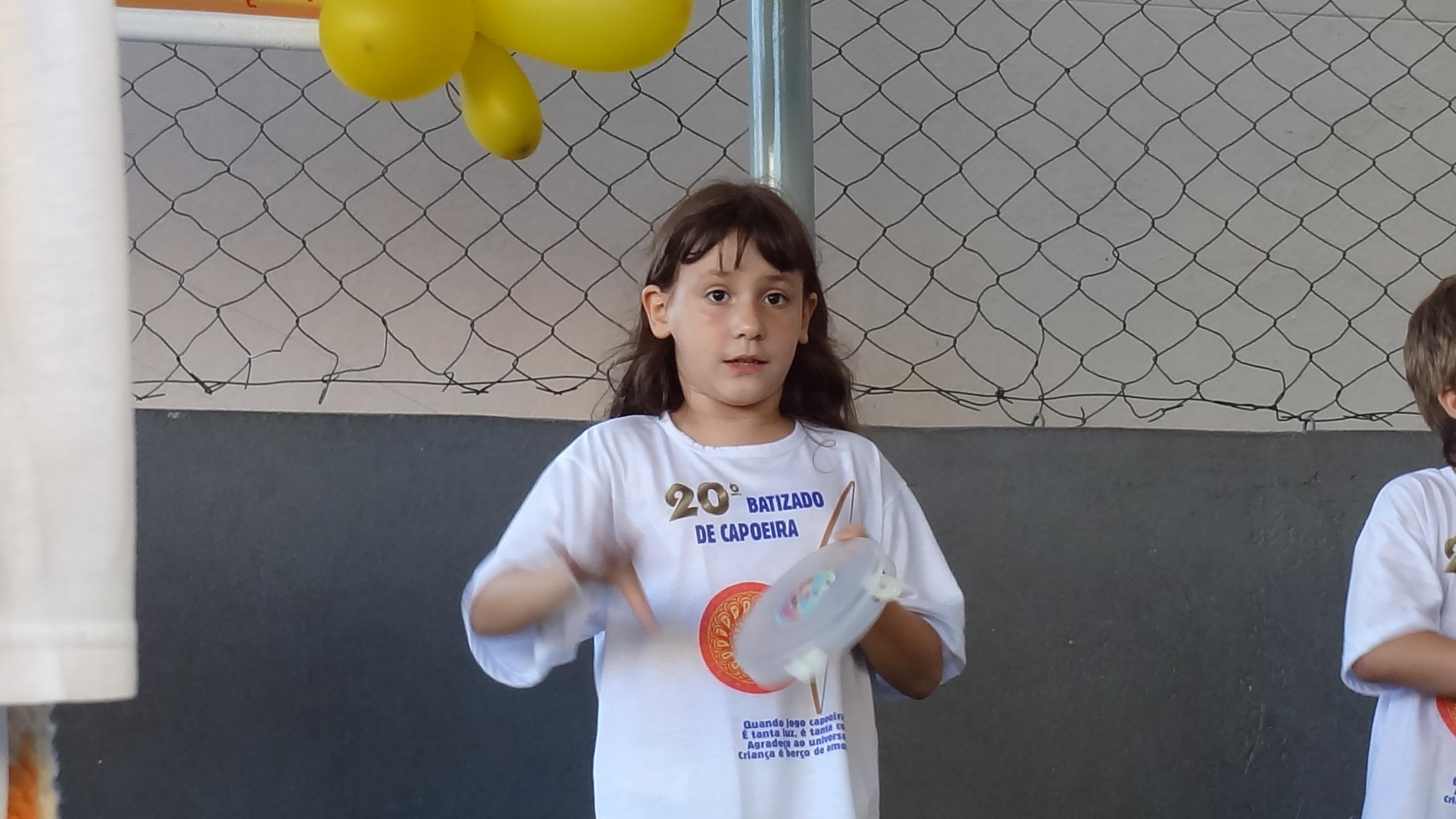Até a tocar pandeiro no ritmo, ela aprendeu!