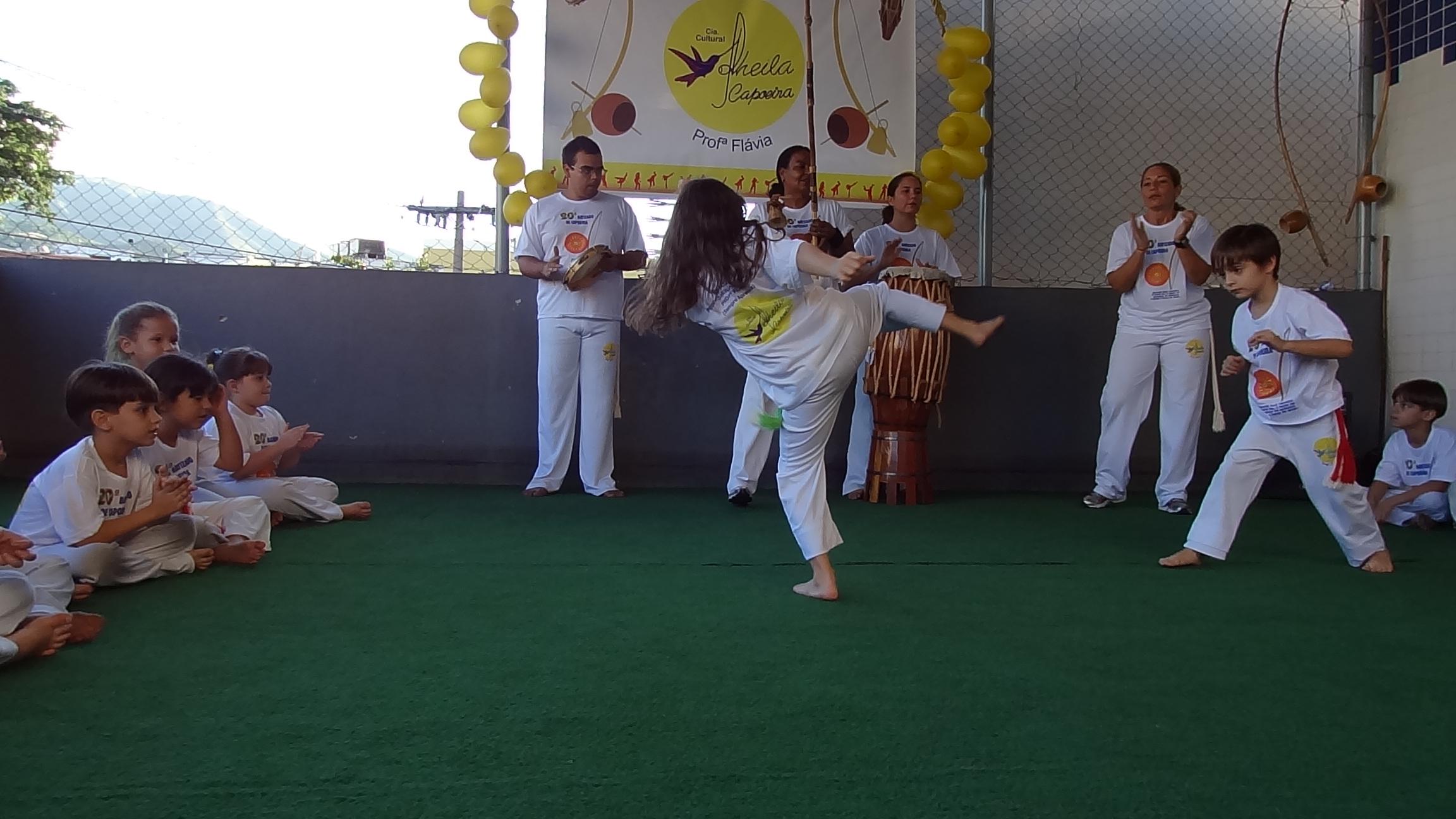 Amanda jogando capoeira com o amigo