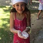 Letícia brincando de guerra de farinha